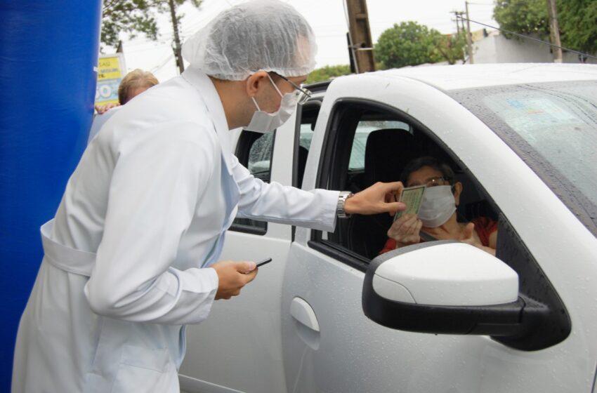 Pessoas de 77 anos tomam dose de reforço em drive thru a partir desta terça-feira (19)