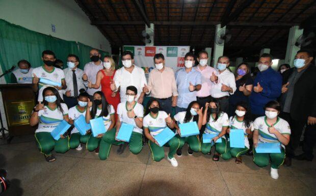 Governador entrega tablets a estudantes e anuncia obras em Itaueiras