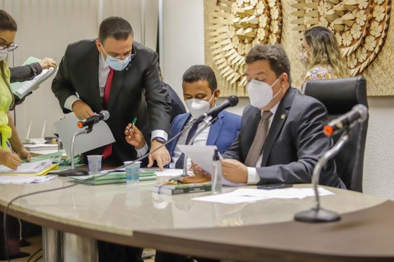 CCJ aprecia 26 matérias e aprova 23, incluindo a proteção aos órfãos da Covid