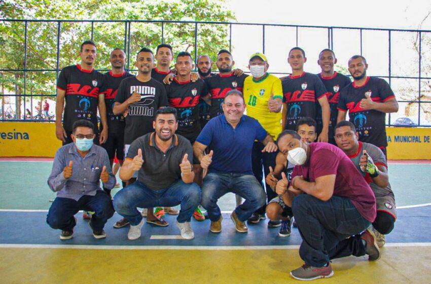 Doutor Pessoa e Jeová Alencar entregam quadra de esportes do bairro Risoleta Neves