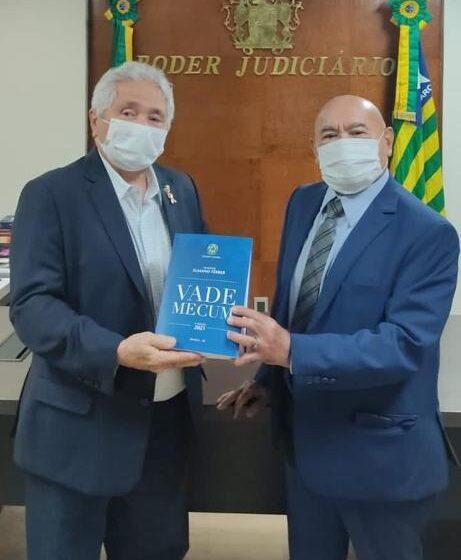 Senador Elmano Lança Vade Mecum para estudantes piauienses